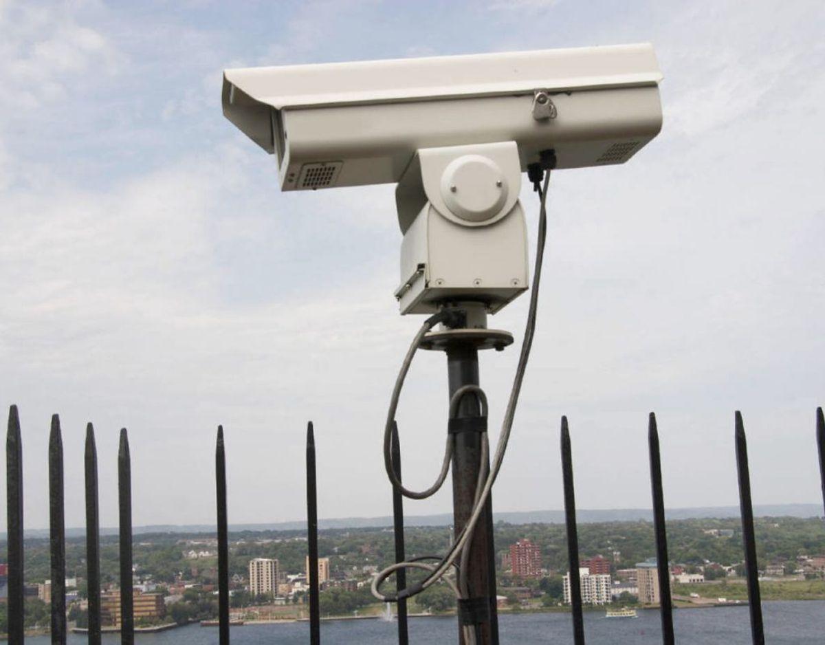Overvågning: Danske kommuner får lov til at filme borgerne på gader, veje og pladser, hvis kommunen og politiet mener, det kan fremme trygheden. Og både offentlige myndigheder og private virksomheder får lov til at overvåge arealer op til 30 meter fra bygningen. Foto: Scanpix