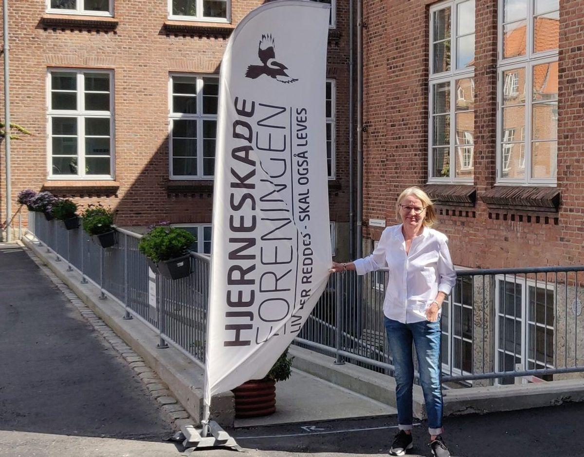 I dag er Karin glad, og hun tildeler fællesskabet i Hjerneskadeforeningen en del af æren for, at hun har det så godt i dag. Foto: Newsbreak.dk.