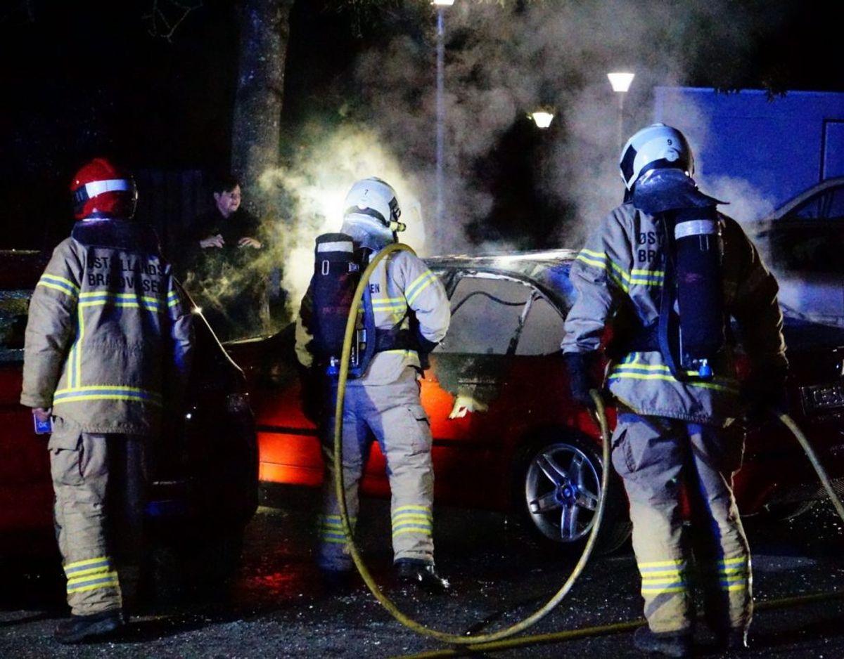 En bil var sent mandag aften i brand. Den kan være påsat – derfor efterlyser politiet nu vidner. KLIK for flere billeder. Foto: Presse-fotos.dk.