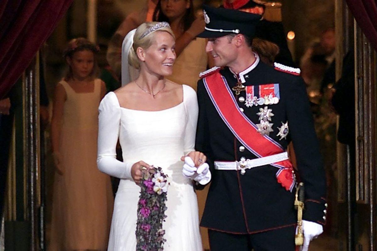 Det er 19 år siden, at kronprins Haakon af Norge giftede sig med kronprinsesse Mette-Marit. Til brylluppet var bruden iført en kjole, som hun selv havde været med til at designe. På hovedet bar hun et diadem, som var en gave fra svigerforældrene, kong Harald og dronning Sonja. (Arkivfoto) – Foto: Scanpix. KLIK VIDERE OG SE FLERE BILLEDER FRA DEN STORE DAG
