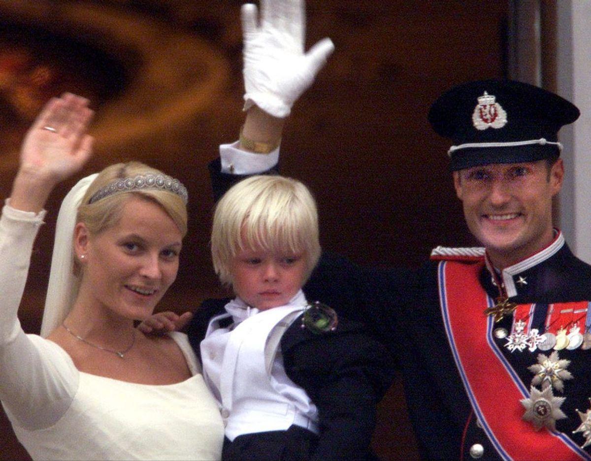 Kronprinsesse Mette-Marit havde sønnen Marius fra et tidligere forhold, da hun mødte den norske tronarving. Til brylluppet havde Marius rollen som brudesvend. Trods sin mors royale titel er Marius, som i dag er en ung mand på 23 år, forblevet borgerlig. (Arkivfoto) – Foto: Scanpix.