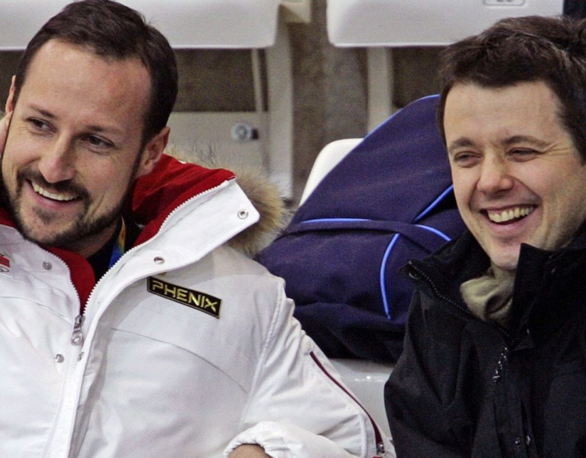 Kronprins Frederik – her til højre – havde en afgørende rolle til sin norske kollega kronprins Haakons bryllup. Den danske tronarving var nemlig kronprins Haakons forlover. Her ses de to ved en helt anden lejlighed, nemlig da de sammen overværede en curling-kamp under de olympiske vinterlege i den norditalienske by Torino i 2006. (Arkivfoto) – Foto:  Scanpix.