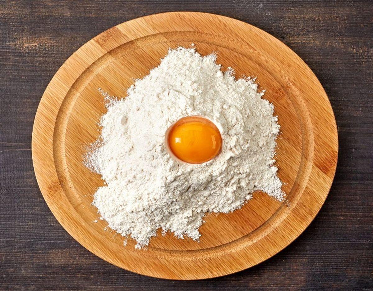 Rå æg på skærebrættet og en karklud efterfølgende – så skal du skifte. Foto: Colourbox