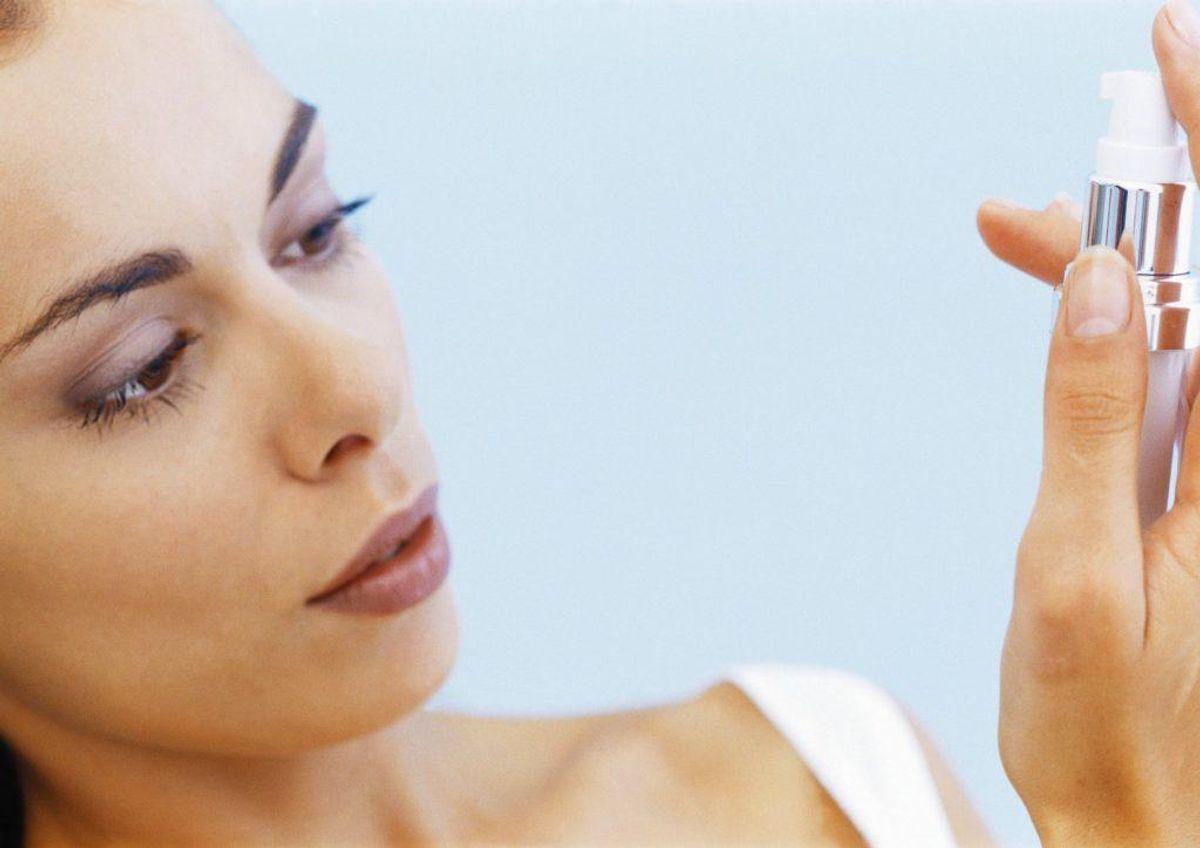 Spray ikke myggespray direkte i ansigtet. Brug i stedet en stift, eller spray lidt i hånden, og smør det ud. Kilde: Forbrugerrådet Tænk. Foto: Scanpix