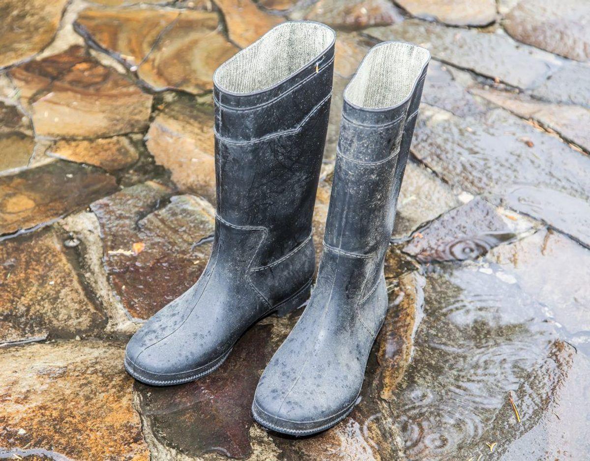 Står huset under vand, er det vigtigt, at du har gummistøvler eller lignende på, og bruger gummihandsker. Der er risiko for a komme i nærkontakt med spildevand. Foto/Kilde: Arkiv/Bolius.