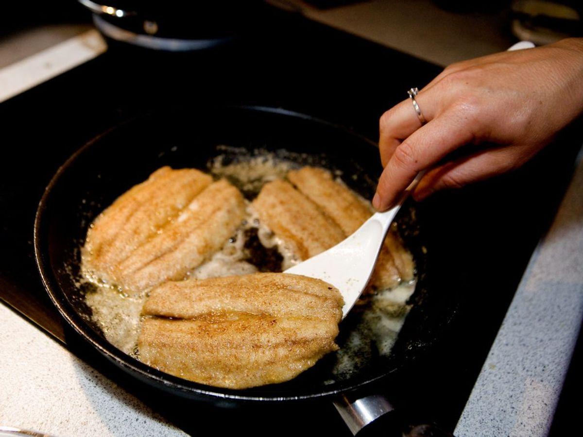FEJL: Du bruger skarpe redskaber i panden.  Spatel, gaffel og ske i stål kan ridse og ødelægge pandens belægning. Kilde: Forbrugerrådet Tænk. Foto: Scanpix.