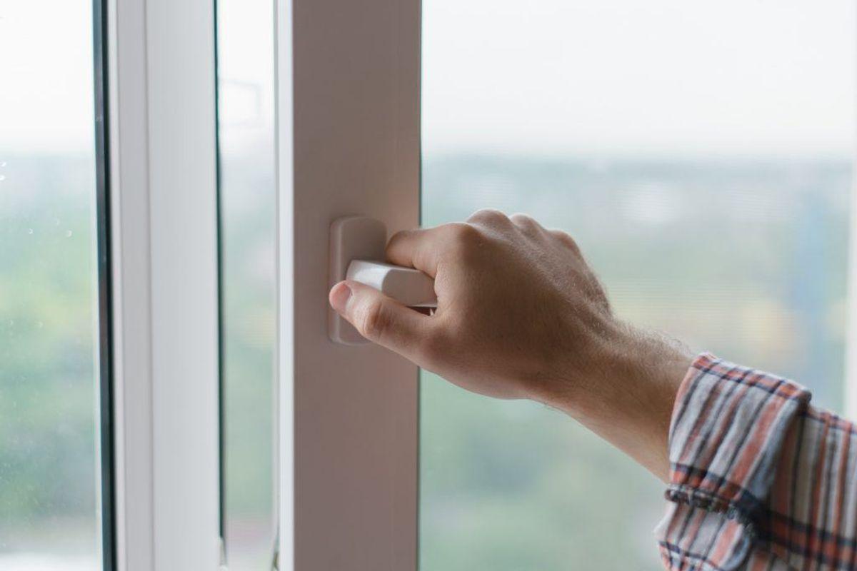 I pollensæsonen kan der sætte sig meget pollen og støv fast i kanten på vinduet. Men også her kan støvsugeren komme til hjælp – man skal blot bruge det rette mundstykke. Kilde: Reader's Digest. Arkivfoto.