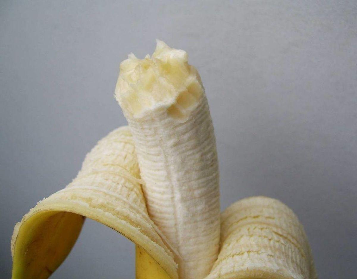 En bananplet ser i starten ikke ud som noget særligt, men med tiden bliver den sort. Man skal forsøge at skrabe det værste banan væk med en kniv uden at tvære det ud over det hele, for derefter at sprøjte pletfjerner på. Forsøg at duppe pletten væk med vådt køkkenrulle. Det må dog ikke være for vådt. Bliv ved ind til pletten er væk. Foto: Scanpix