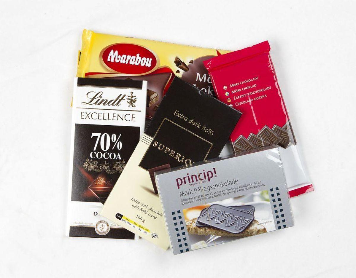 Det er vigtigt at chokoladepletter fjernes med det samme, ellers forbliver de. Skrab det overskydende chokolade af. Sprøjt pletten med pletfjerner og gør pletten våd med køkkenrulle. Til slut skal du rense området med vand og duppe området for at tørre det. Foto: Scanpix