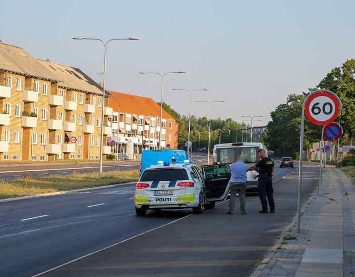 En mand måtte en tur med politiet, efter at have nedlagt en pæl med sin bil. Foto: Local Eyes.