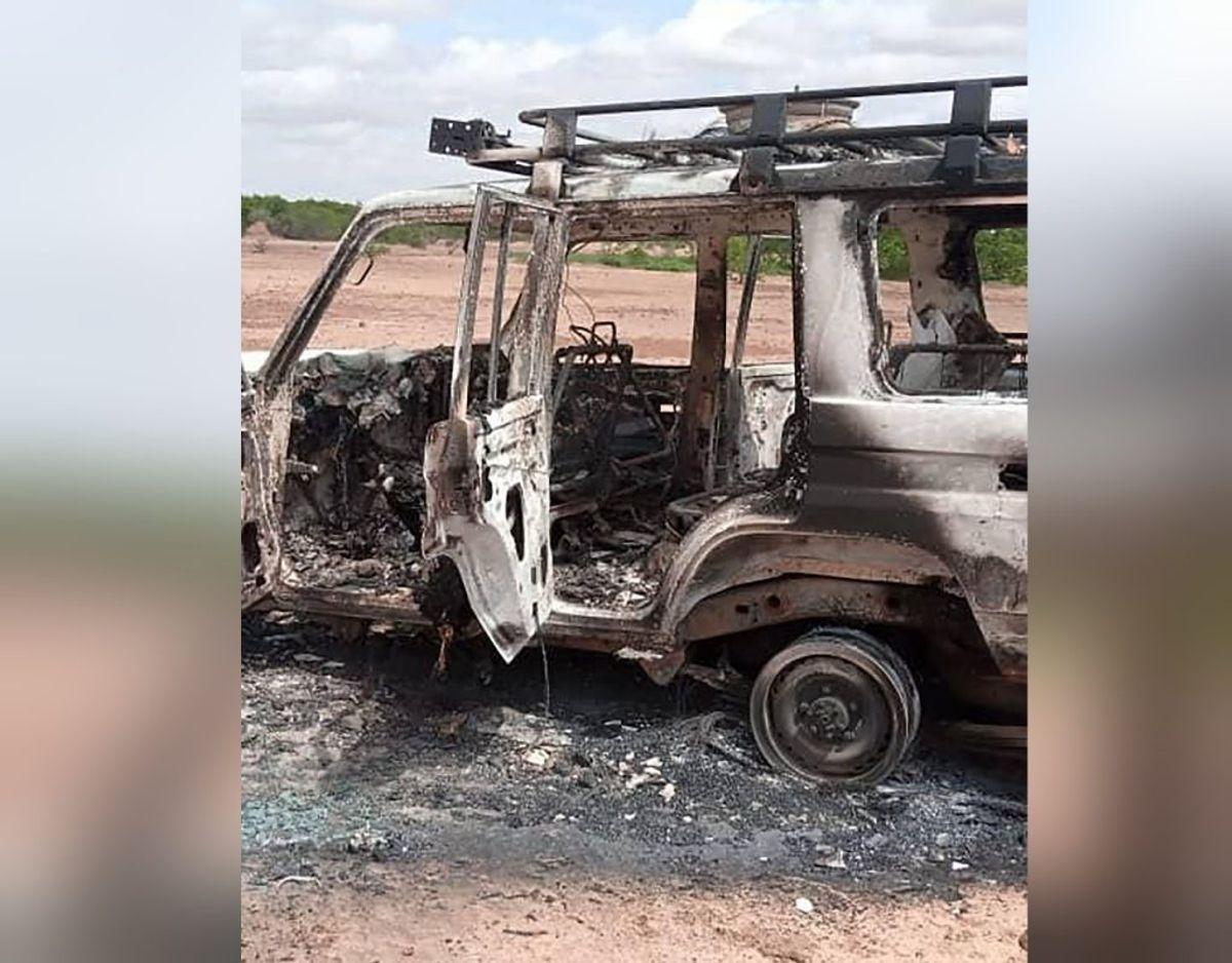 Ifølge BBC blev ligene fundet i vejsiden ved den udbrændte firhjulstrækker. Foto: AFP/Scanpix.