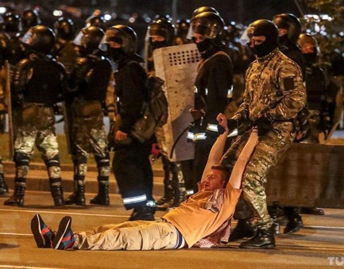 Under protesterne i Minsk røg politi og demonstranter flere gange i gadekamp med hinanden. Her ses et oppositionsstøtte, der blev trukket væk af politiet. KLIK VIDERE OG SE FLERE BILLEDER. Foto: Tut.by/Reuters