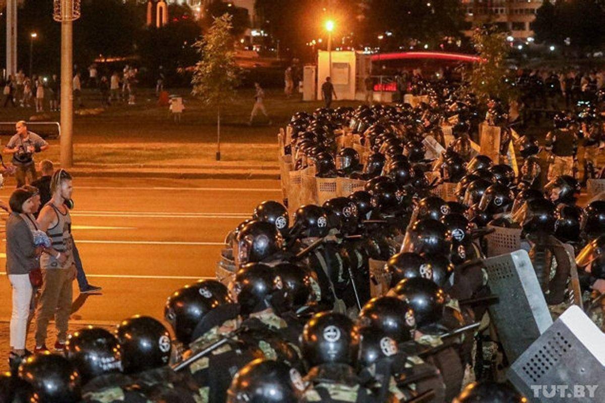 Store folkemændger samlede sig på gaden søndag aften i Hvideruslands hovedstad, Minsk, for at demonstrere imod valgresultatet ved søndagens præsidentvalg. Foto: Tut.by/Reuters