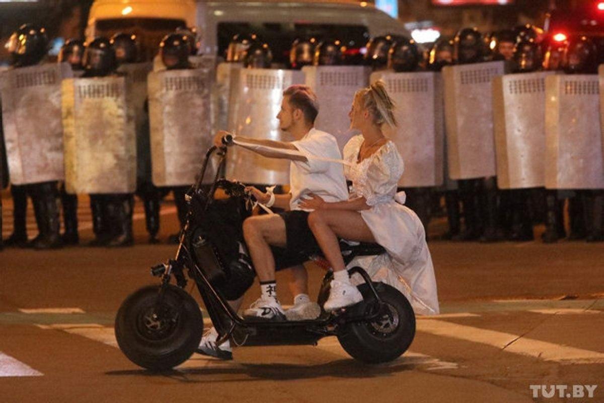 Snesevis af personer blev anholdt under demonstrationerne søndag aften. Her ses et par, der kørte forbi barrikader, som politi lavede mod demonstranterne. Foto: Tut.by/Reuters