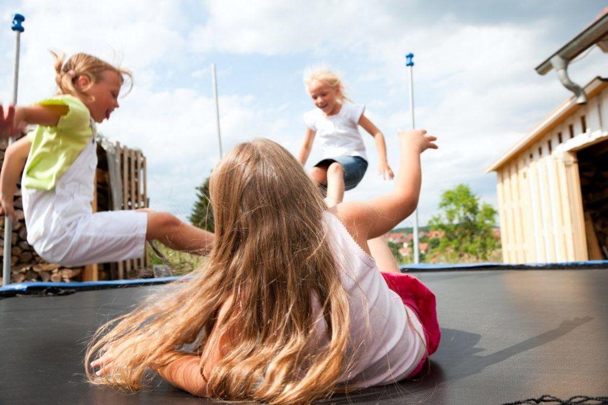 Følger du de fem trampolin-råd? Råd nummer 1 er: Hop altid en ad gangen. Se de fire andre råd ved at klikke videre i galleriet.