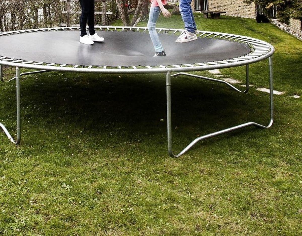 Børn skal være påpasselige, når de hopper på trampolin. Ellers kan det gå galt. Genrefoto: Scanpix. KLIK VIDERE OG SE GODE RÅD TIL SIKKER LEG PÅ TRAMPOLIN.