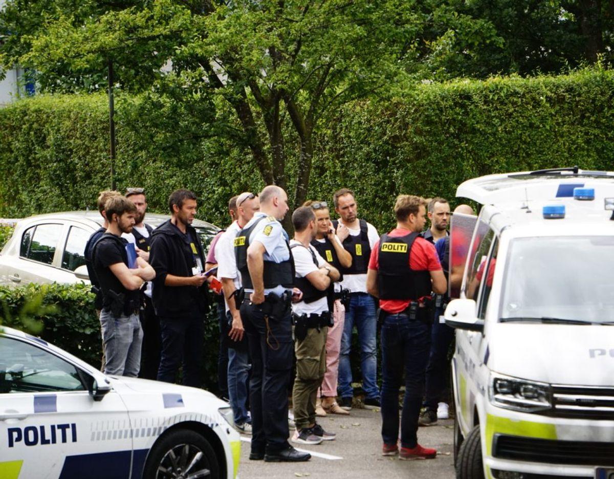 En massiv politiindsats i boligområde efter fund af død person. Op mod 30 betjente er på stedet. Foto: Presse-fotos.dk