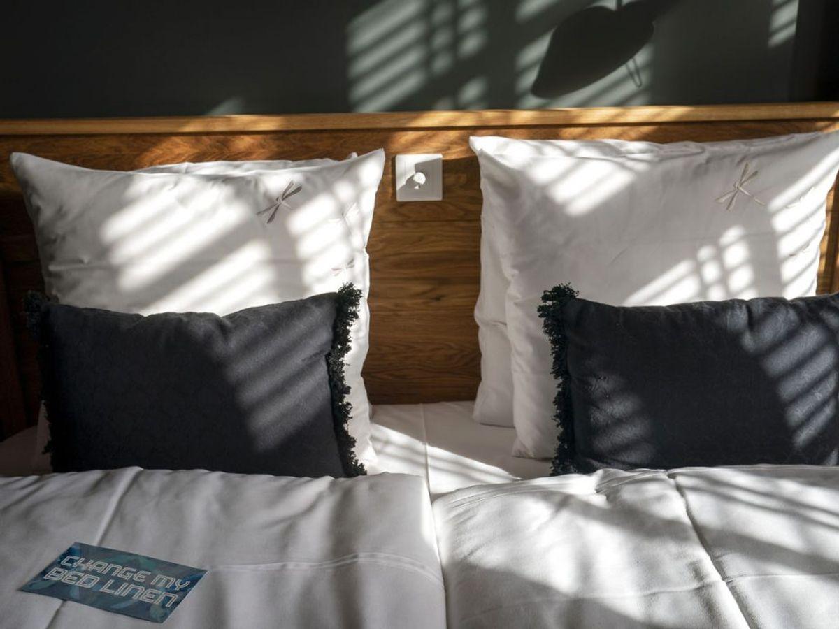 I mange tilfælde vil det ikke nødvendigt at vaske dit sengetøj hver uge. En gang hver fjortende dag – måske endnu sjældnere, hvis du ikke sveder meget om natten – burde være nok. Kilde: Reader's Digest. Foto: Scanpix.