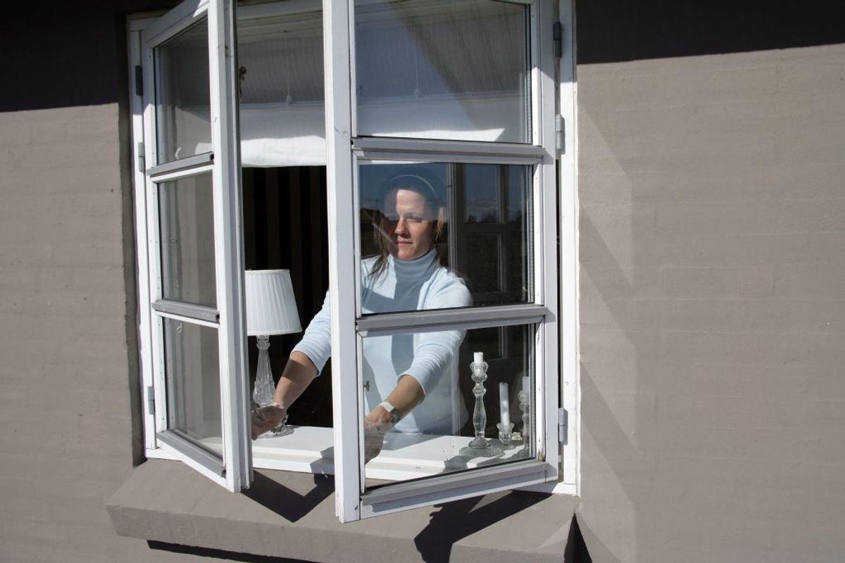 Især i skrapt sollys kan ens vinduer hurtigt komme til at se beskidte ud. Men ofte er det ikke nødvendigt at bruge vinduesrens hver gang. Tit til vand og sæbe være mindst lige så godt. Kilde: Reader's Digest. Arkivfoto.