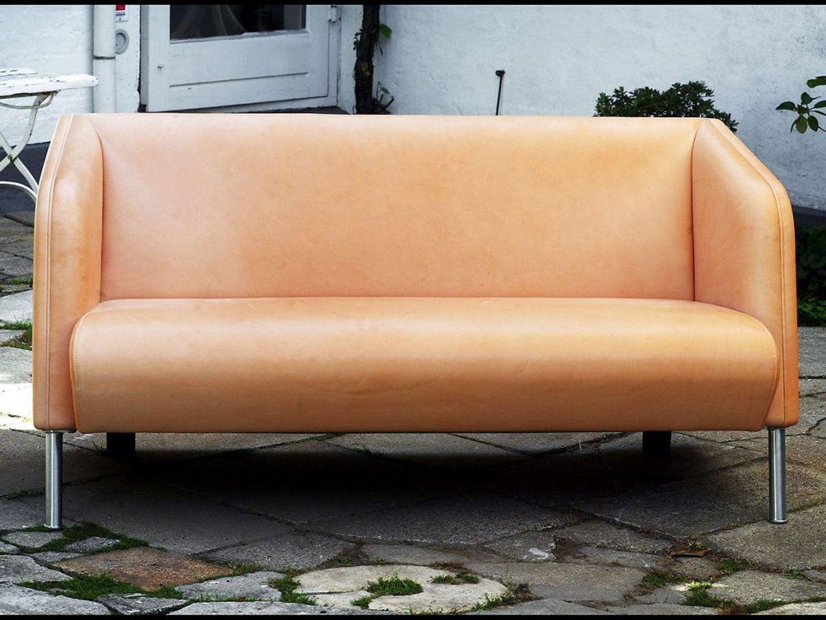 En lædersofa kan blive slidt, hvis du skrubber for meget med klude og andet. Ofte kan du sagtens vente med at tørre den over. Kilde: Reader's Digest. Foto: Scanpix.