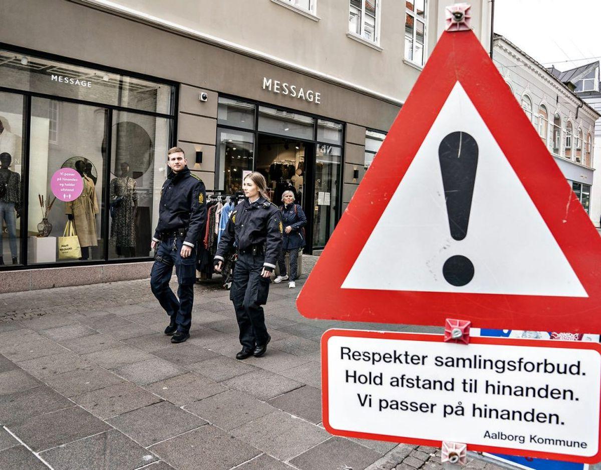 Betjente fra Nordjyllands Politi på patrulje i forbindelse med håndhævning af regler om afstand ved erhvervslivets genåbning. Arkivfoto. (Foto: Henning Bagger/Ritzau Scanpix)