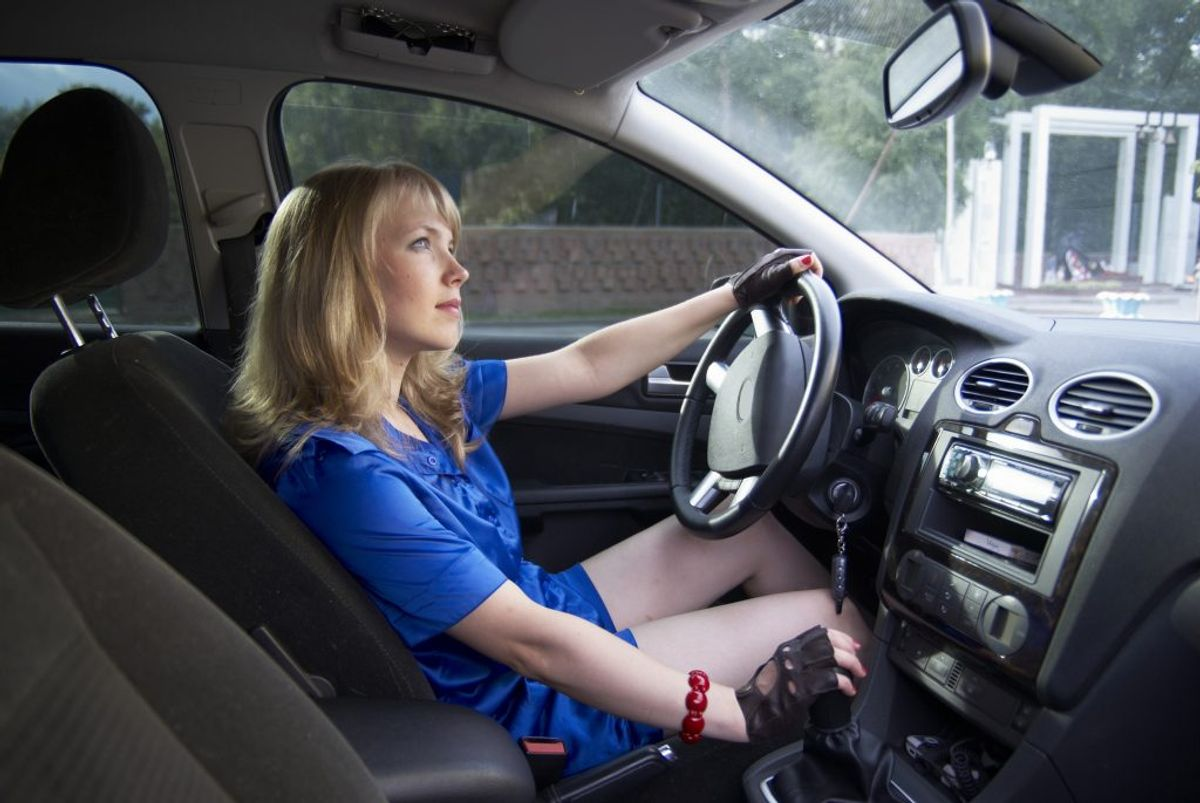 Undgå hårde opbremsninger. Let foden fra speederen i god tid før stop og lad være med at koble ud, men lad i stedet motoren bremse i gear. Foto: Colourbox.