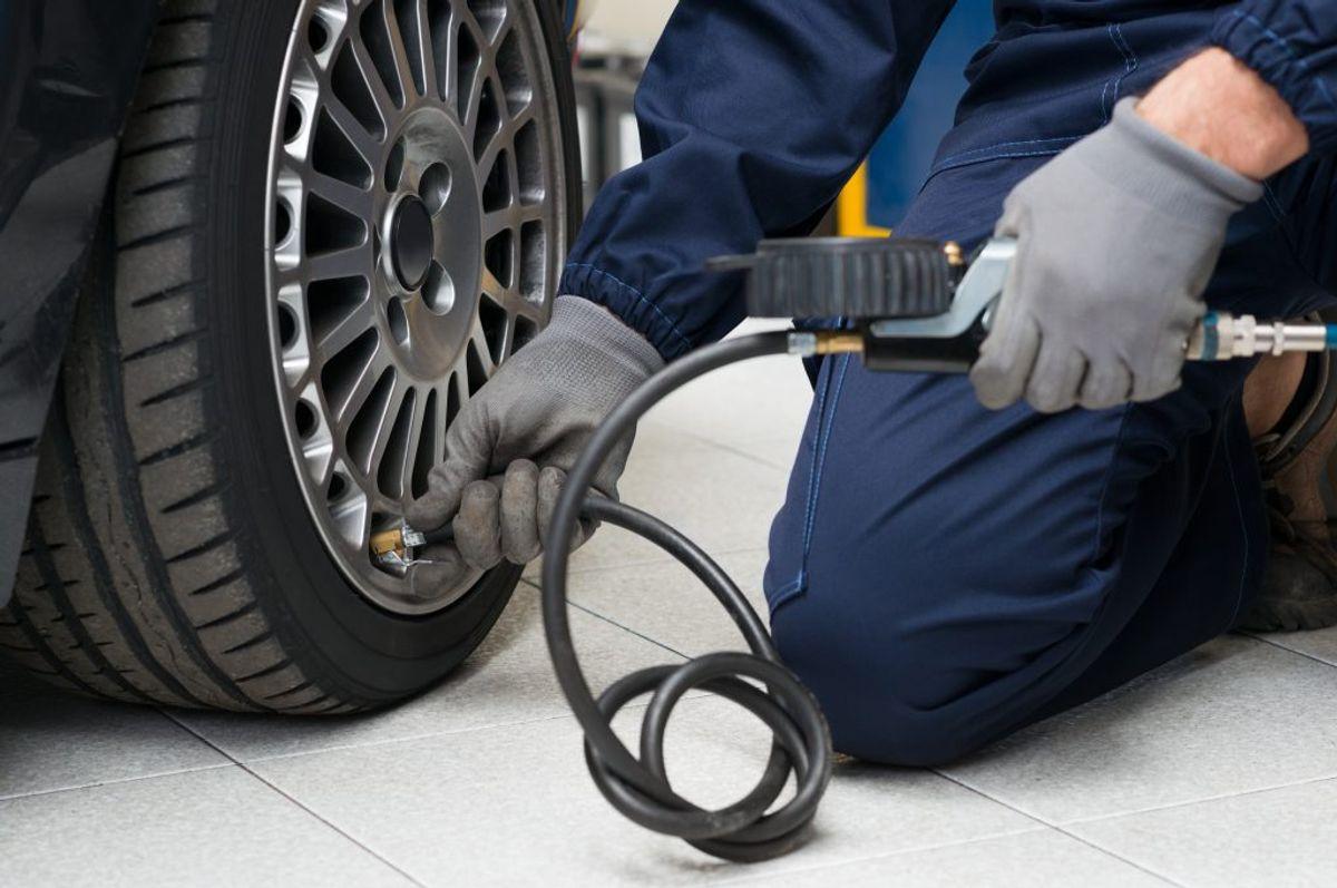 Hav det rigtige tryk i dækkene. Kørsel med blot 0,5 bar for lavt tryk betyder 2-3% mere benzinforbrug. Derudover slides dækkene også mere. Foto: Scanpix.