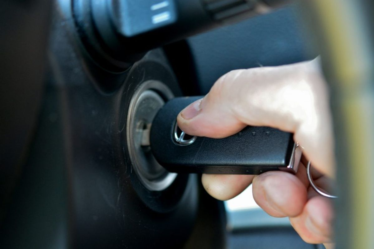 Undgå tomgang. Stands motoren – også selv om det kun drejer sig om 30 sekunder. Foto: Colourbox.