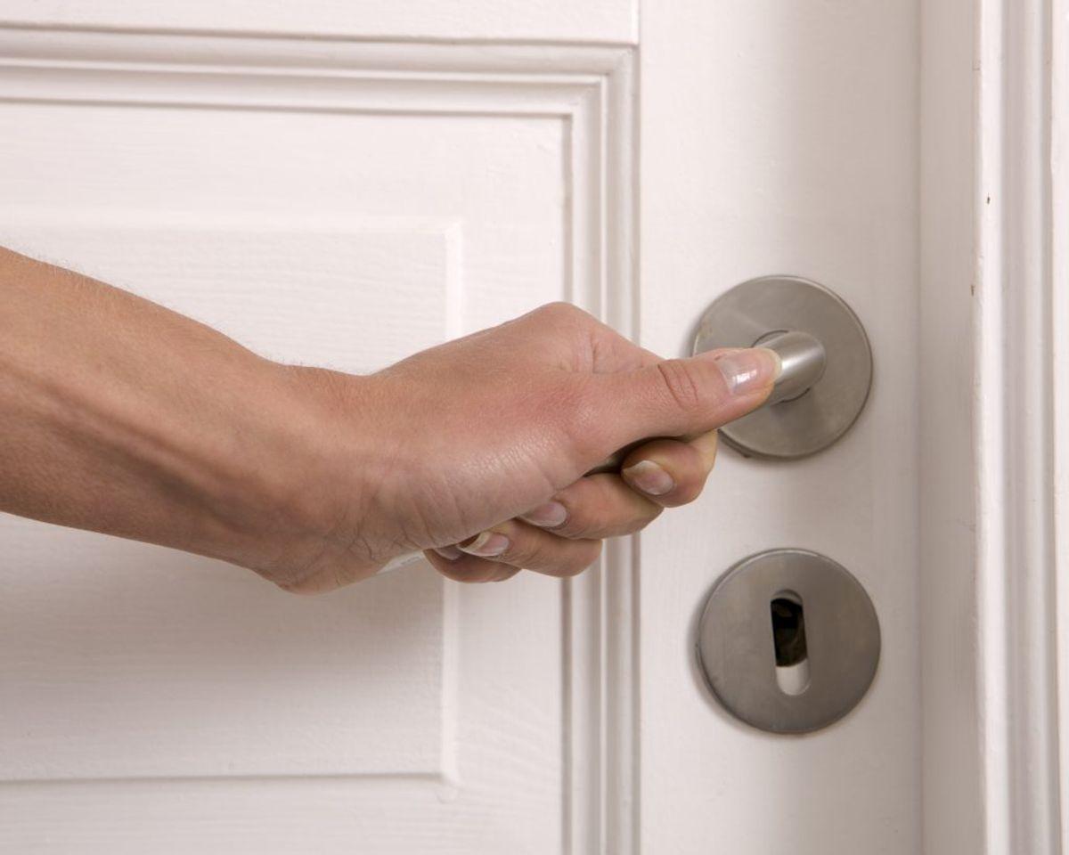 Hvis du er typen, der spritter hænder i hjemmet, så er du måske bedre stillet end andre. Dine dørhåndtag er nemlig fyldt med bakterier. Foto: Colourbox