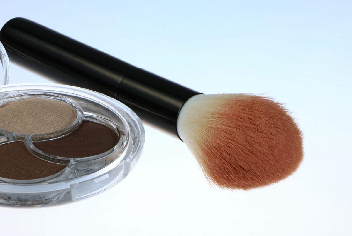 Hvis du bruger makeup i soveværelset, så er det også en af de helt store bakteriebomber. Foto: Colourbox