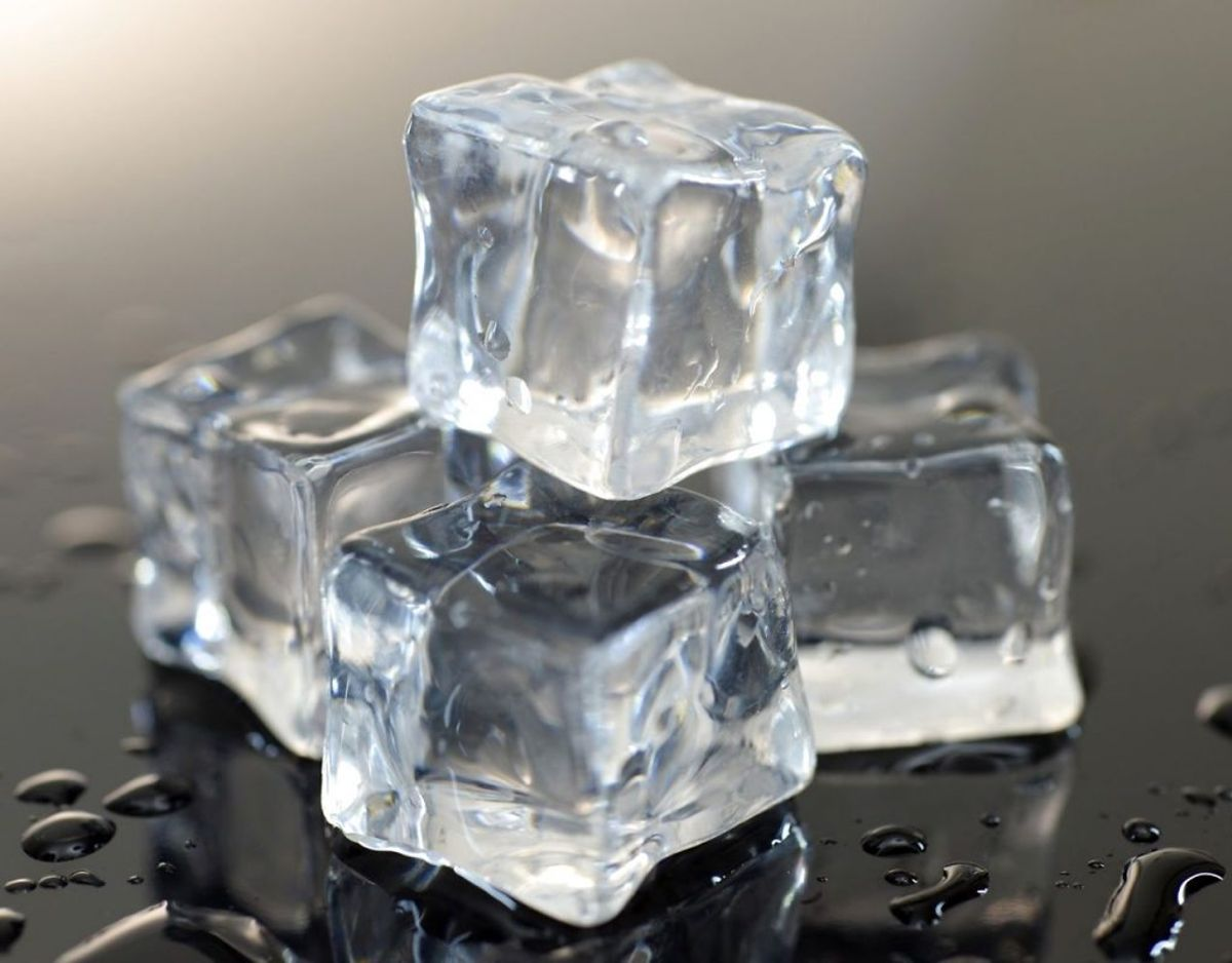 Isterninger kan samle smag andre ting – det kunne være en ret med hvidløg i fryseren. Og hvem drømmer om at få isterninger med hvidløgssmag? Foto: Panthermedia/Scanpix