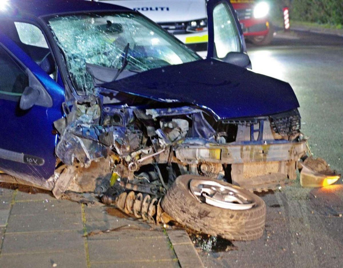 I bilen sad fire unge mænd.  De kunne alle selv komme ud af bilen efter sammenstødet. Foto: Øxenholt Foto