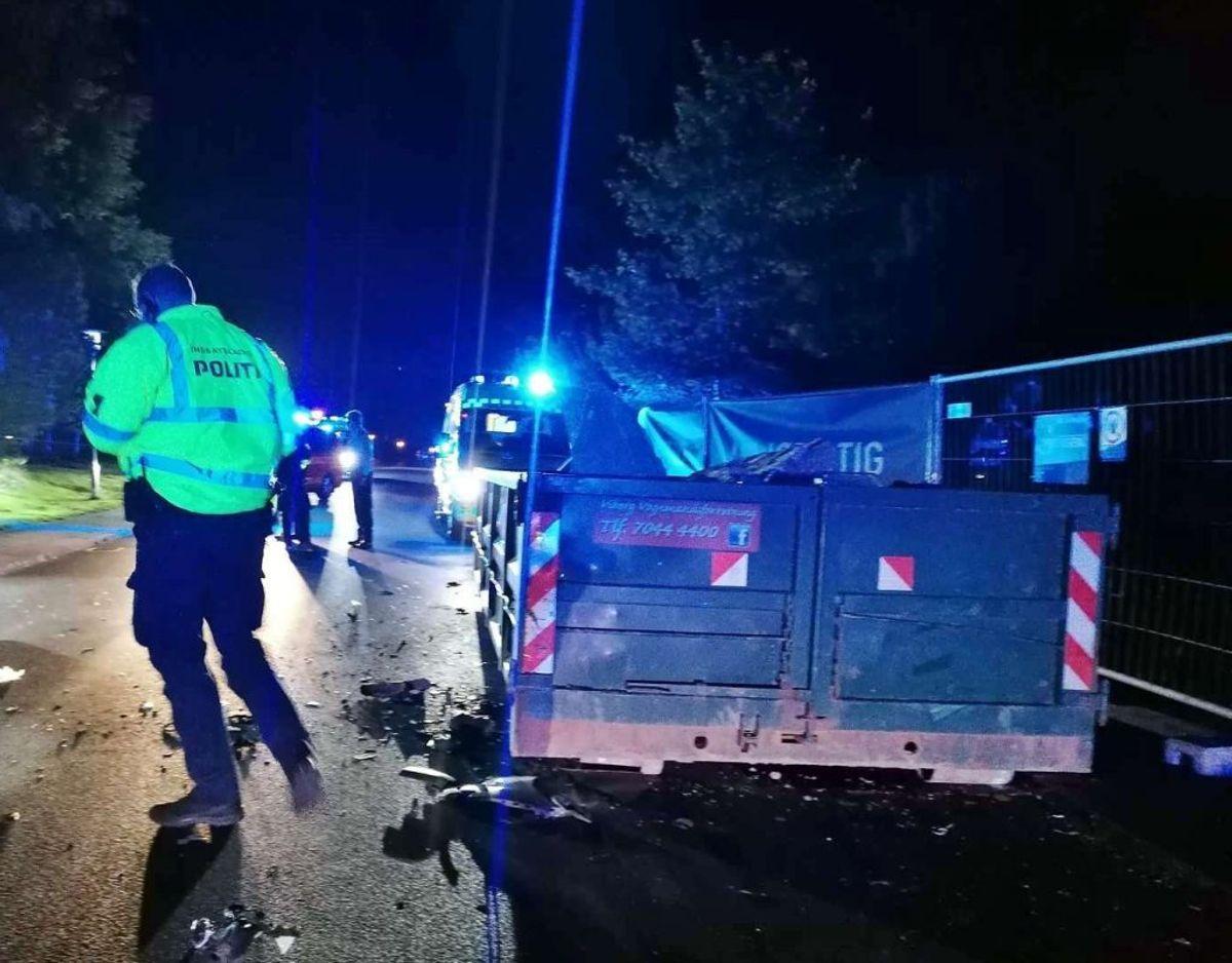 En bil bragede onsdag aften ind i en parkeret container. En person blev fløjet på sygehuset. Foto: Øxenholt Foto