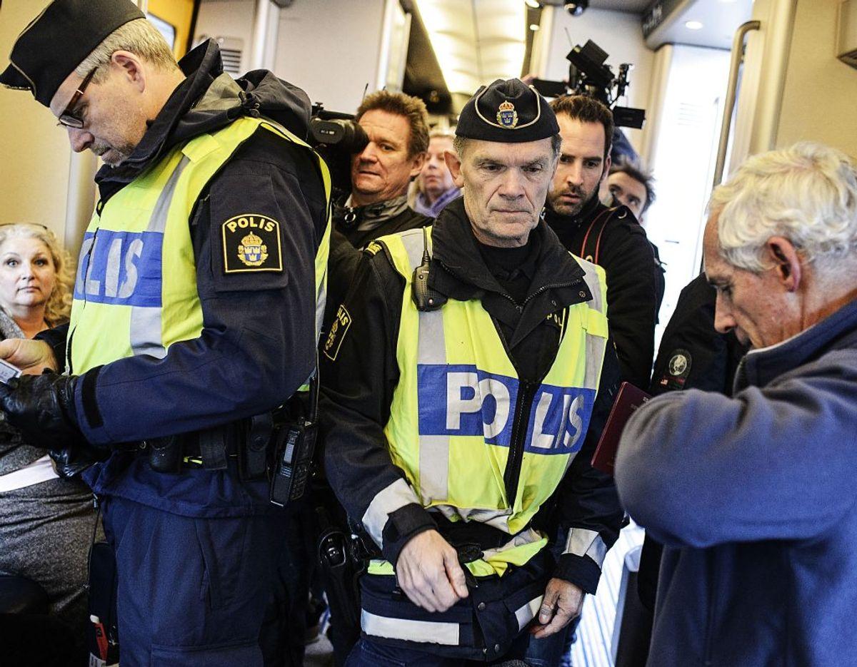 Når du rejser ind i Sverige skal du vise gyldig legitimation. Du skal fremvise billed-ID (eksempelvis pas eller kørekort). Som dansk statsborger skal du ikke fremvise pas ved indrejse i Norge, Finland og Island. Du skal dog stadig kunne legitimere dig selv på forlangende. Derfor er det en god idé at have pas med alligevel. foto: Simon Læssøe/Scanpix