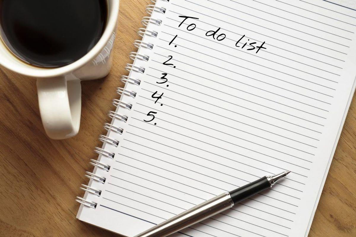 TAG DE NEMME OPGAVER FØRST: Lav en to-do-liste og gå i gang med de nemme opgaver først. Forskning viser, at lykkecentret i hjernen blusser op, hver gang man streger opgaver ud på en liste, så sørg for at skrive selv de mindste ting ned. Foto: Scanpix