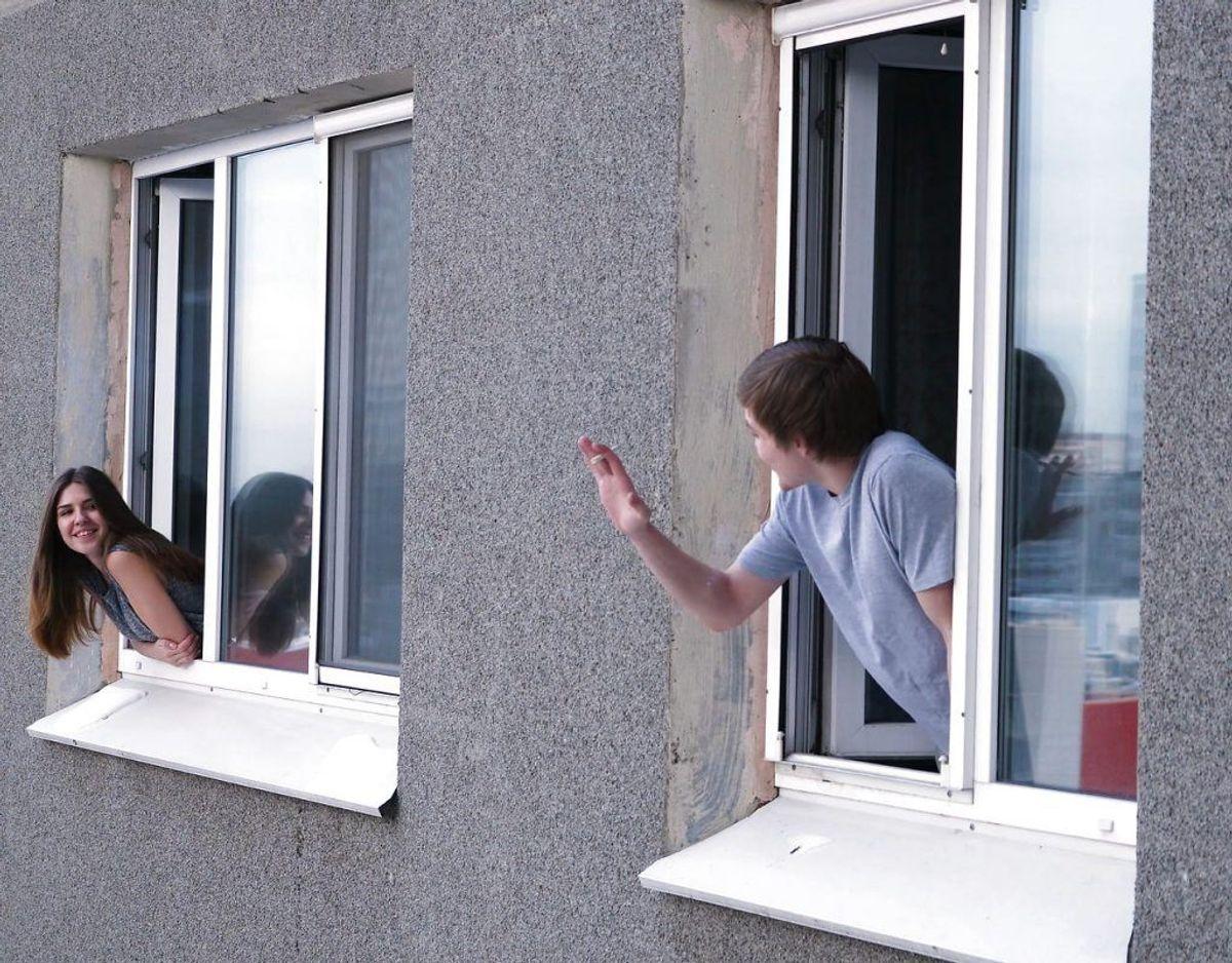 Få sat gang i et godt naboskab. Hils på naboerne. Foto: Scanpix