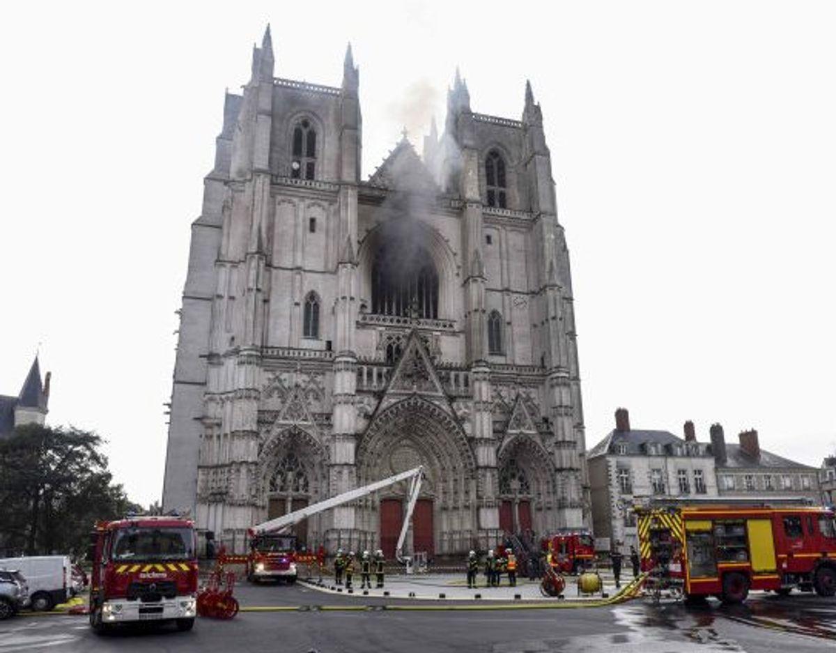 Omkring 60 brandfolk blev lørdag morgen sat ind i kampen mod flammerne, som hærgede katedralen Saint-Pierre-et-Saint-Paul i Nantes i det vestlige Frankrig. DU KAN SE FLERE BILLEDER FRA STEDET I BUNDEN AF ARTIKLEN. Foto: Sebastien Salom-Gomis/AFP