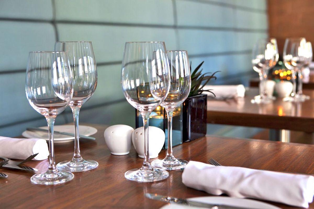 Salt- og peberkværne på restauranten eller kantinen. Kilde: The Healthy. Arkivfoto.
