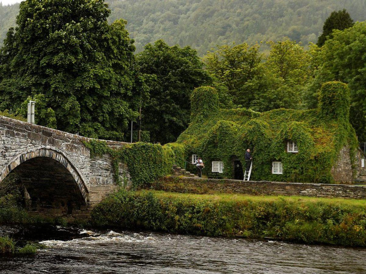 Huset ligger på venstre bred af River Conwy og ligger smukt ved siden af en gammel bro,d er går over floden. Foto: Scanpix.