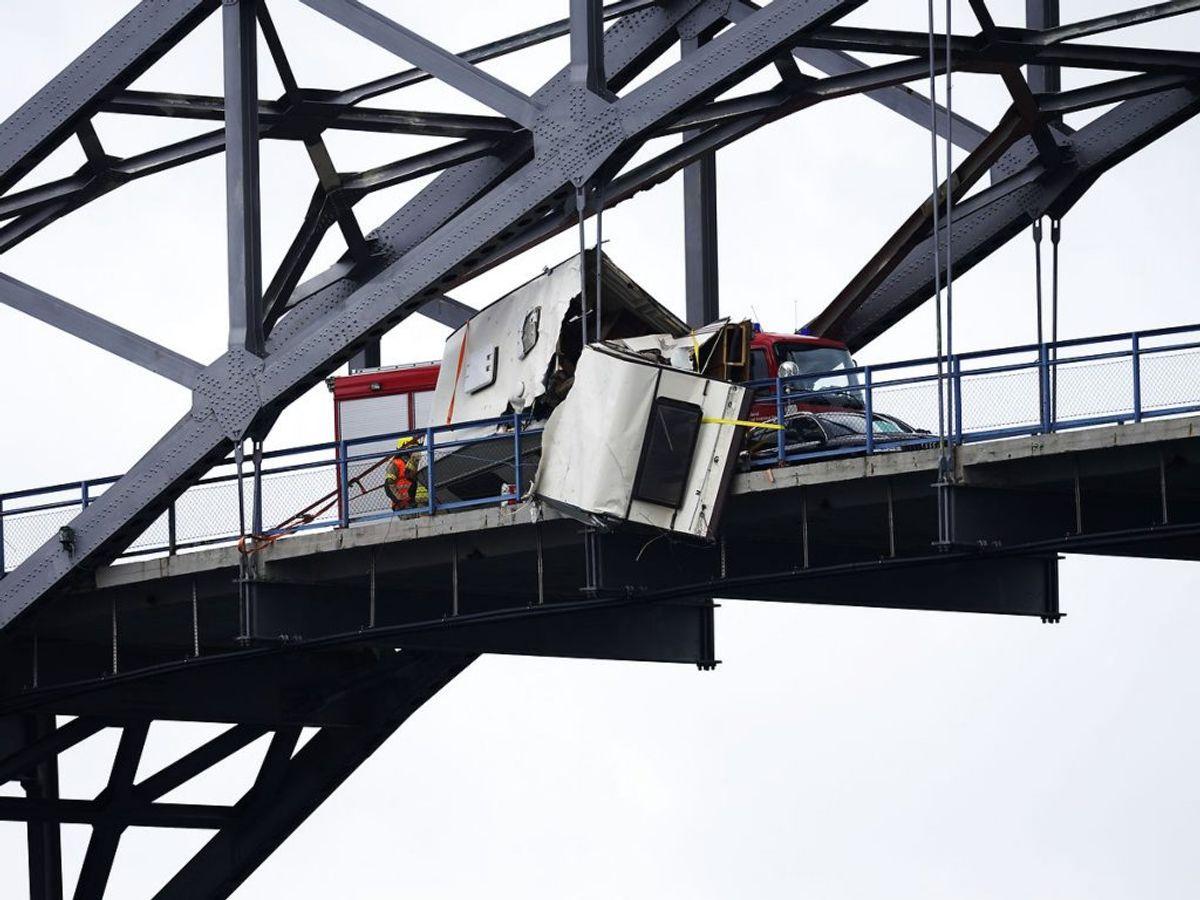 Det var kun med nød og næppe campingvognen blev på broen – ellers kunne det have gået meget værre. Foto: Jan Kåre Ness / NTB scanpix.