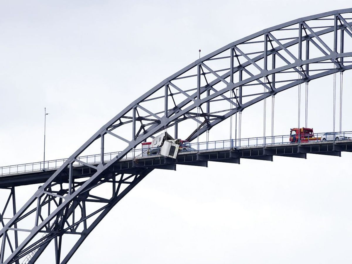 Campingvognen ramte på vej ud over broen en anden bil. Herfra blev en voksen og et barn kørt på sygehuset. Foto: Jan Kåre Ness / NTB scanpix