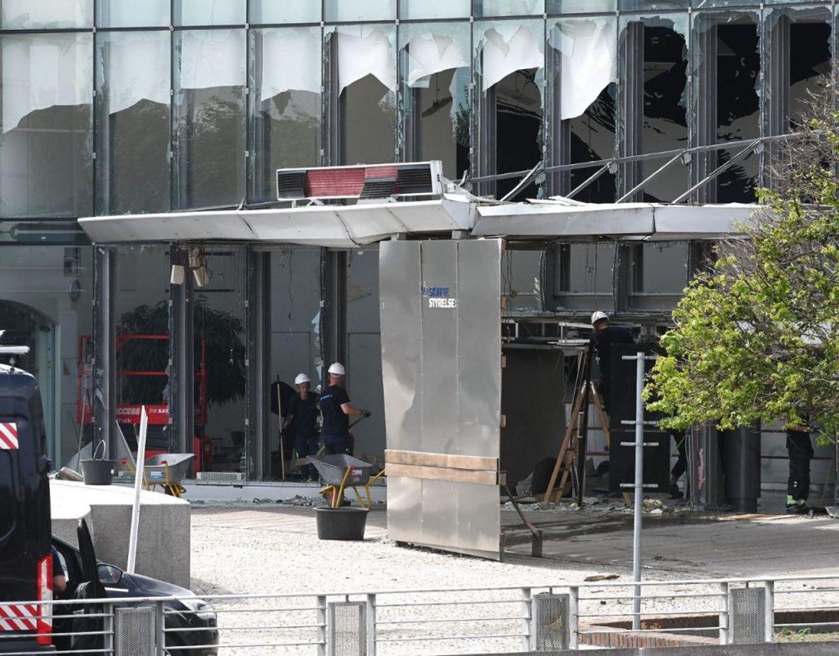 De to svenske mænd, der er tiltalt i sagen om bombesprængning ved Skattestyrelsen er blevet fanget på overvågningsvideo. KLIK VIDERE OG SE FLERE BILLEDER.
