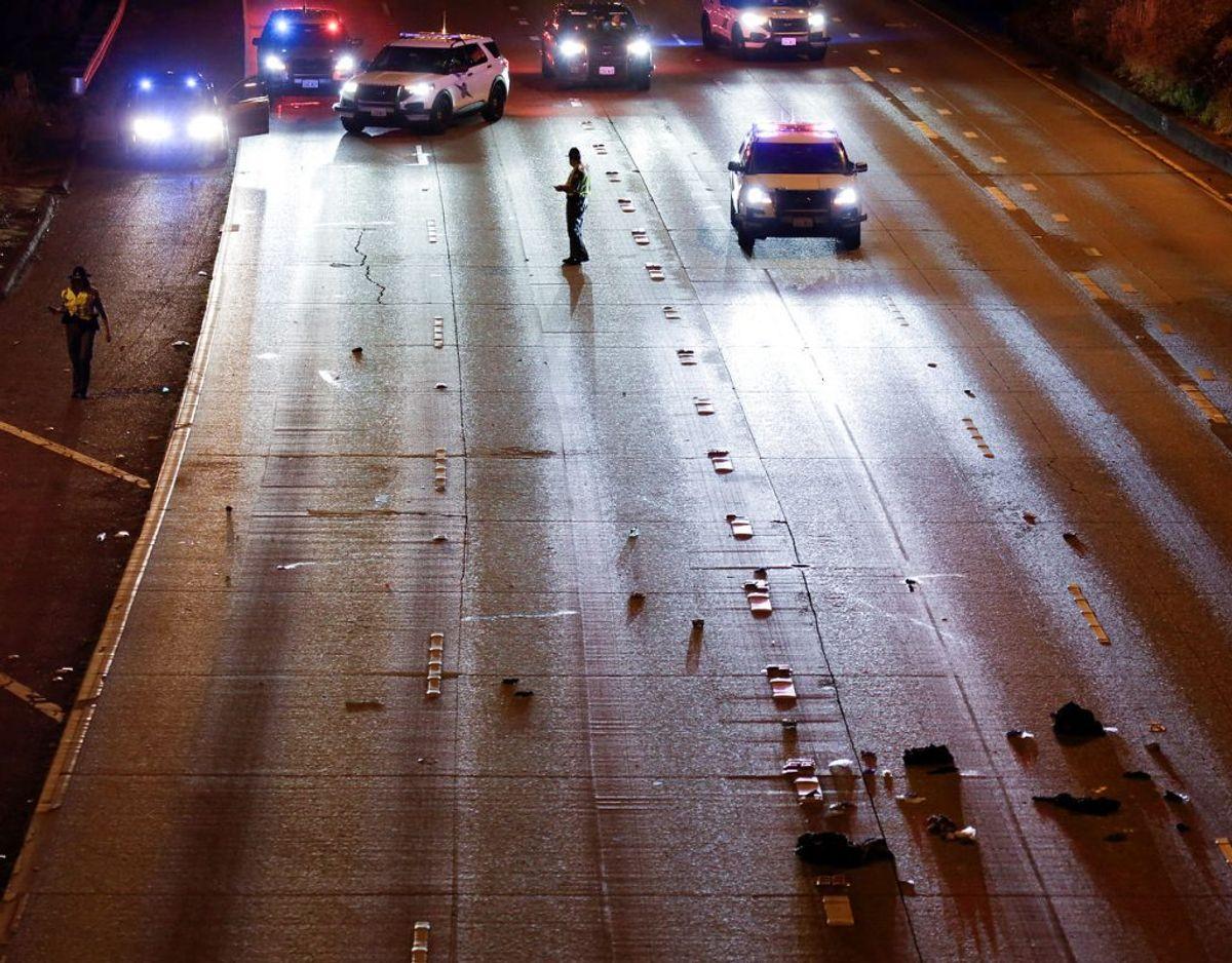 Politiet udnersøger her stedet hvor de to kvinder blev påkørt. Foto: REUTERS/Jason Redmond/Scanpix.