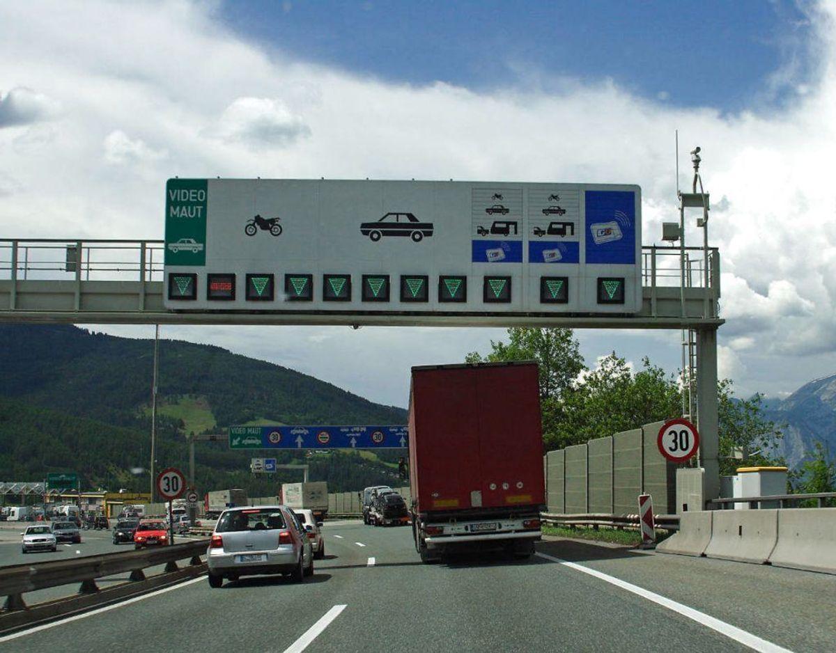 Husk at betale afgift hjemmefra og sæt mærkat i bilen. Flere lande kræver afgift for, at du kører på deres motorveje, hvor også flere byer kræver afgift. Foto: Scanpix
