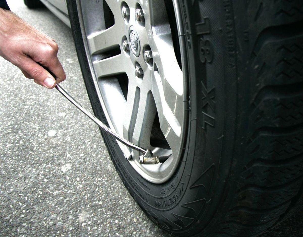 Tjek dit dæktryk før I kører på bilferie. Dæktrykket skal oftest ændres, når der er mere vægt på bilen, som der er, når man tager på bilferie. Foto: Scanpix