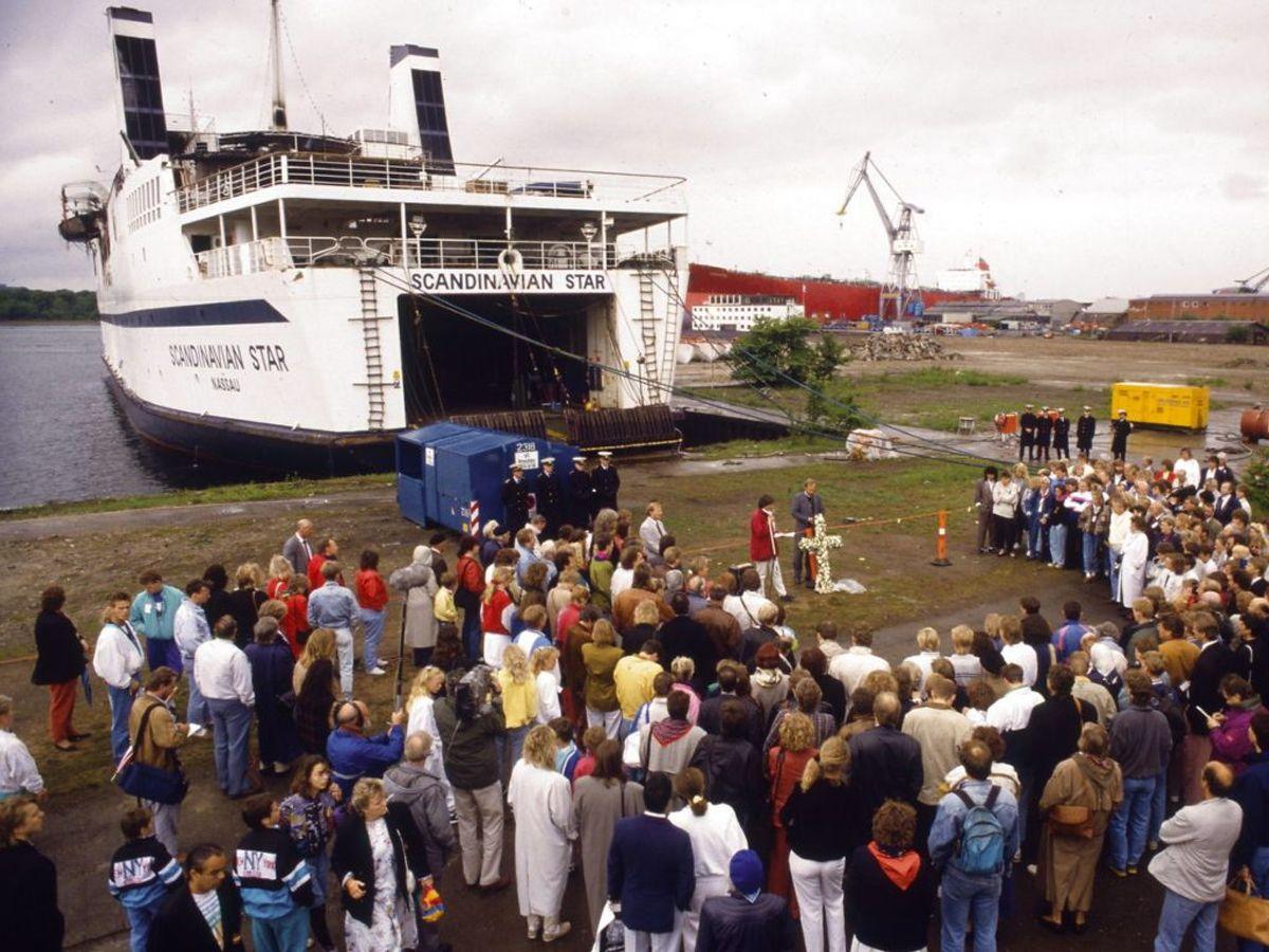 Mindehøjtidelighed i København ved den udbrændte færge Scandinavian Star. Ved branden d. 7. april 1990 omkom 158 mennesker.