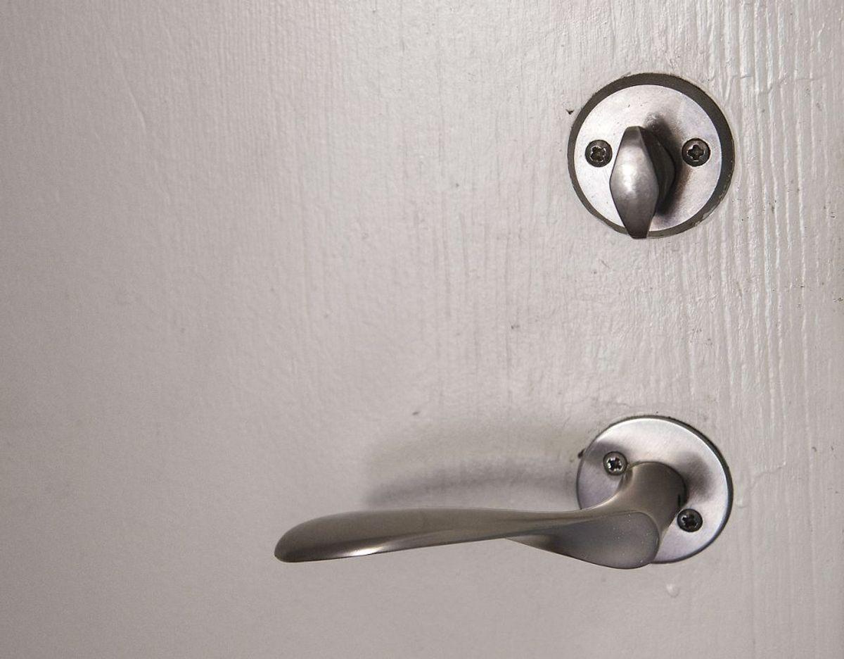 Gør jævnligt rent – og når du gør det, så husk håndtag til dør og låget. Foto: Scanpix
