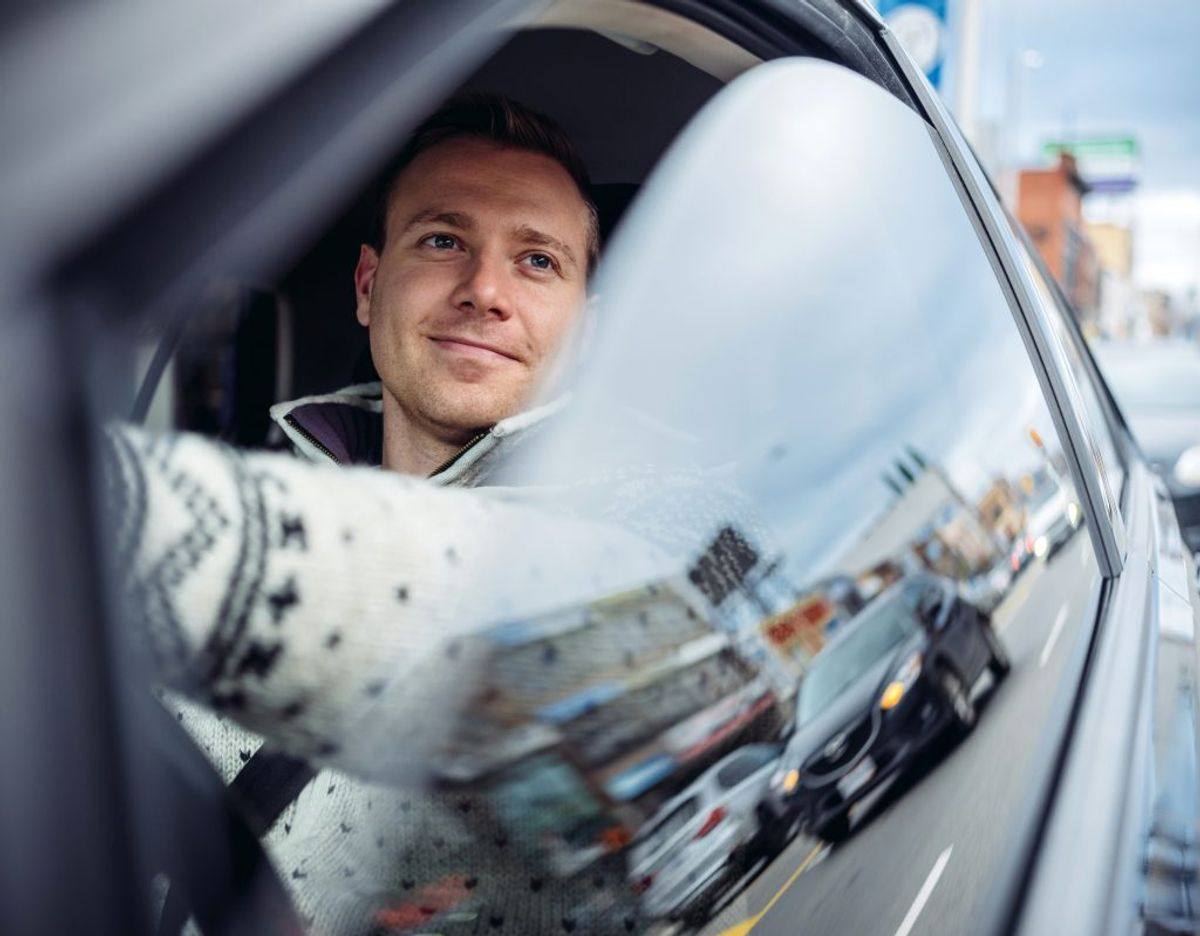 Når der er problemer med bilen og et værksted eller vejhjælp skal kontaktes, er det oftest også mandens job. Foto: Applus Bilsyn