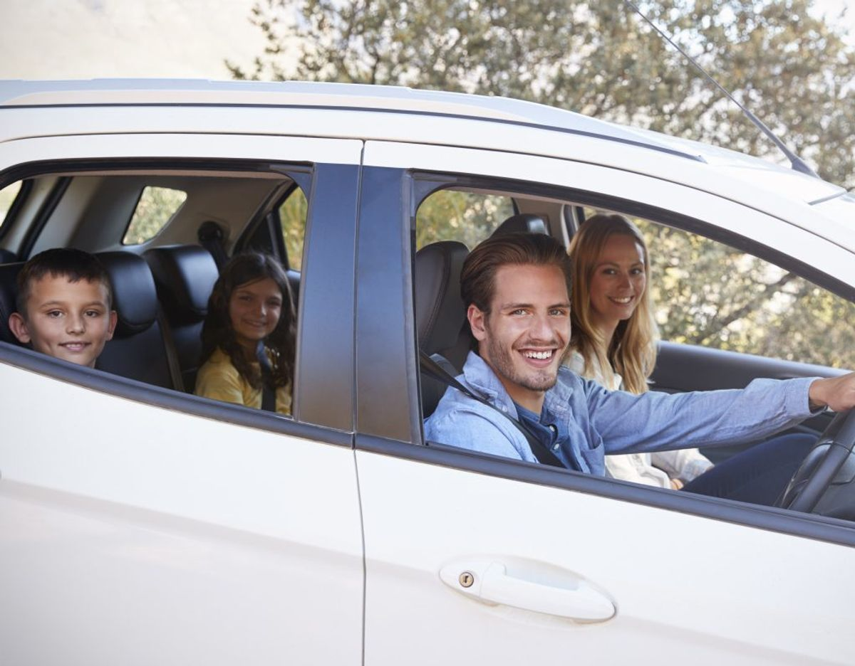 Når bilen skal pakkes, bliver det gjort i forening mellem manden og kvinden. Foto: Applus Bilsyn