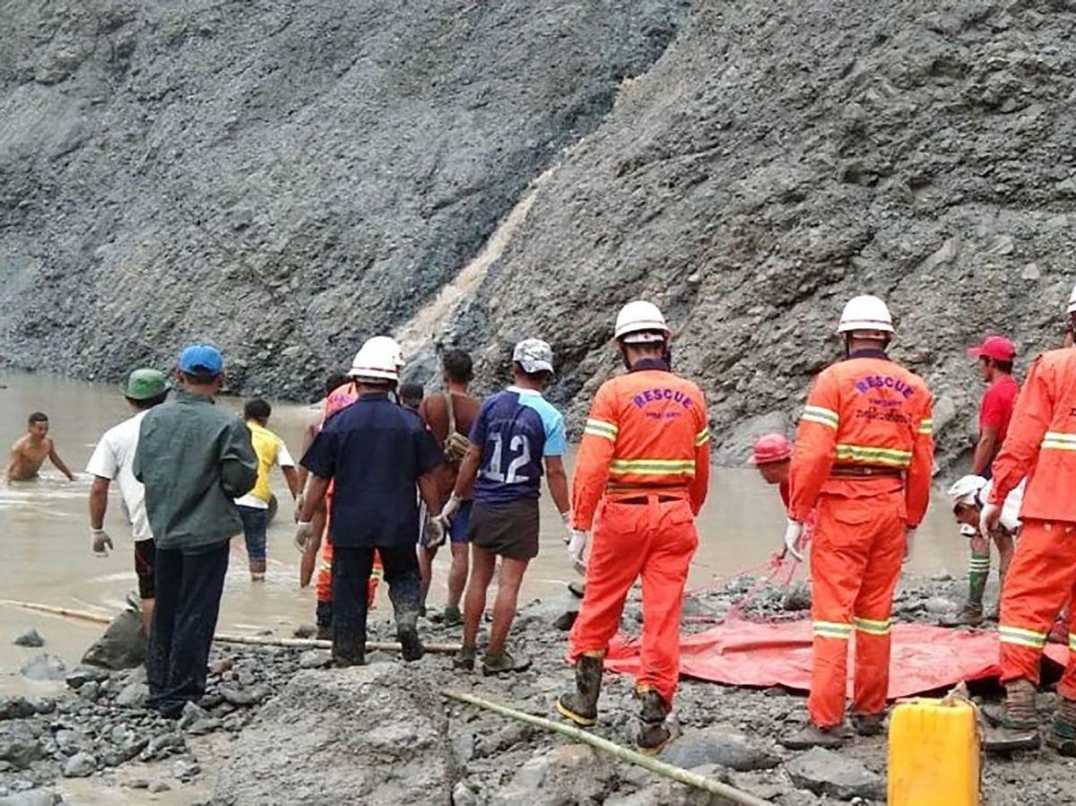Mindst 100 personer er døde i forbindelse med et mudderskred, der torsdag ramte en mine i det nordlige Myanmar. Foto: Scanpix. SE ET BILLEDE MERE FRA REDNINGSAKTIONEN LÆNGERE NEDE I ARTIKLEN